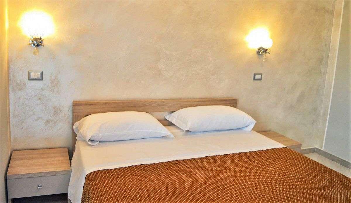 Schlafzimmer mit Doppelbett b